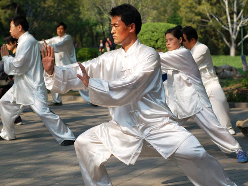 练习太极拳可以从两方面辅助治疗失眠