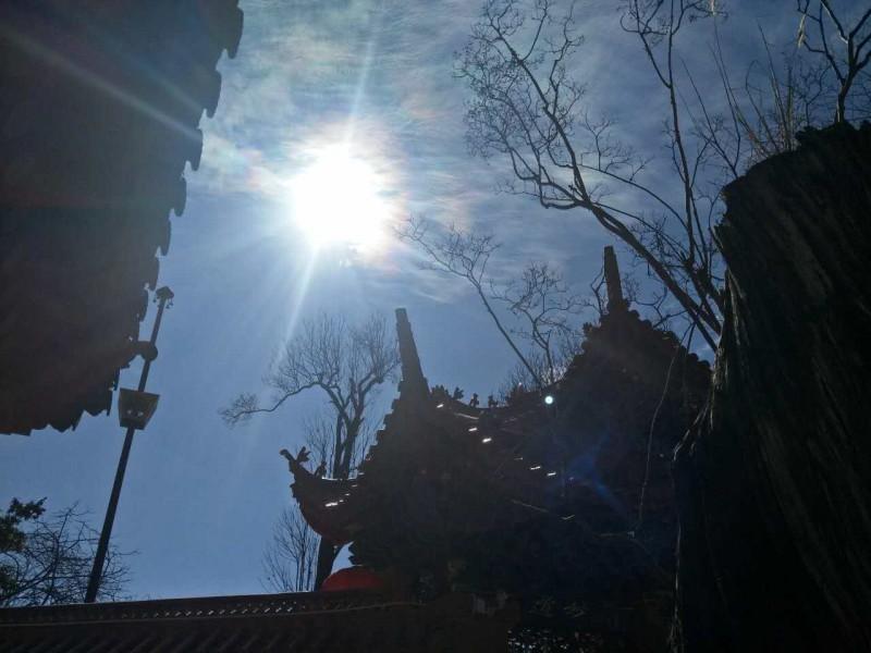 昆明龙泉观天显祥瑞 示现五色神光